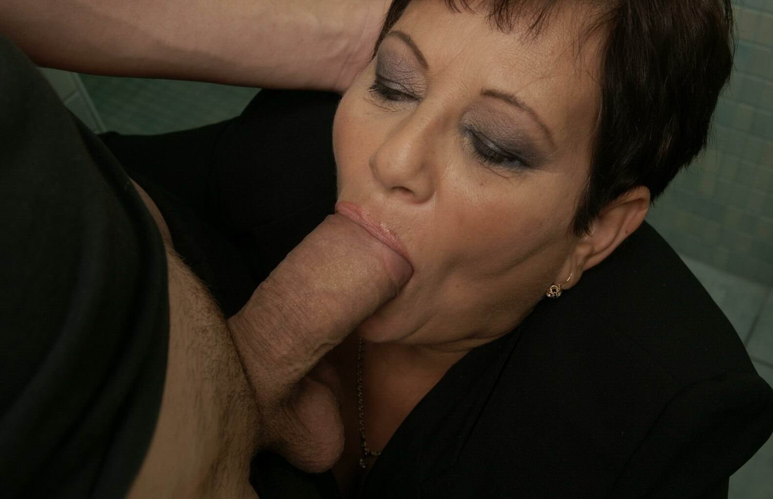 Hot mature with big tits likes to fuck and suck