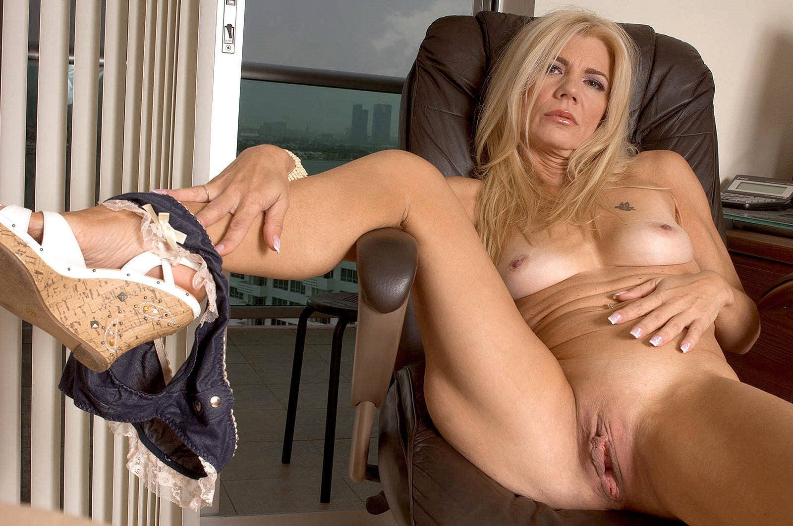 Free Porn Sexy Mature Teasing Pics
